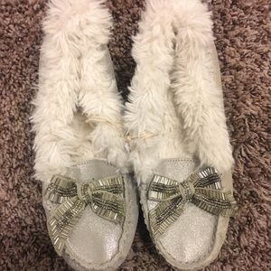 NWT American Eagle Fuzzy Silver Slippers 6.5
